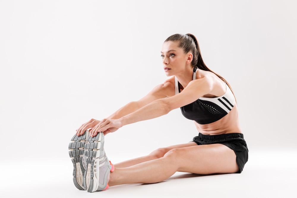 Mulher fitness alongando